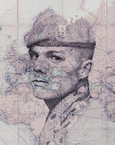 Dans un mélange fascinant entre cartographie et illustration, l'artiste britannique Ed Fairburn utilise des cartes comme toiles pour ses portraits étonnants à l'encre, au crayon et au stylo.  Les visages sont fragmentés par des contours qui, non seulement délimitent les frontières, les routes et les caractéristiques géographiques de chaque carte, mais également ressemblent aux veines et à la texture de la peau des portraits dessinés. Constituées de détails incroyablement complexes...