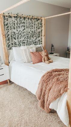 Dorm Room Designs, Room Design Bedroom, Small Room Bedroom, Room Ideas Bedroom, Bedroom Inspo, Room Decor, Stylish Bedroom, Cozy Room, Aesthetic Bedroom