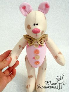 aaawwww.....this tilda bear is so gosh darn CUTE! i love the printed fabric and pink nose. ADORABLE, i say!...