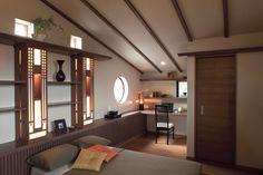 落ち着いたインテリアの主寝室。斜め天井を上手に利用して書斎コーナーを造りました。照明器具もオリジナルデザインです。|インテリア|おしゃれ|自然素材|