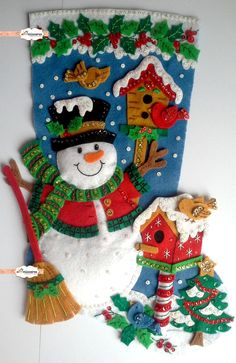 Bota de Natal em Feltro! A sua decoração de Natal nunca mais será a mesma!! Toda bordada à mão com paetês e miçangas, alto relevo, cheia de detalhes, super linda para pendurar! Forrada internamente com TNT, cabem pequenas lembrancinhas dentro da bota! Material utilizado: Feltro Santa Fé...