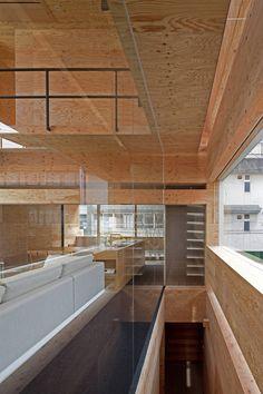 CASA MACHI. Los autores calaron las medianeras para ganar amplitud y separó con una pared de vidrio la escalera del estar.