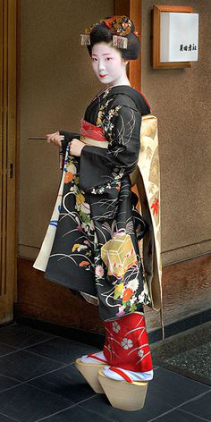 ) is an apprentice Geiko (not exactly same as geisha) in Kyoto, western Japan. Maiko: Their jobs consist of performing songs, dances, and playing the shamisen (three-stringed Japanese instrument) for visitors during feasts. Japanese Beauty, Asian Beauty, Japanese Girl, Look Kimono, Samurai, Memoirs Of A Geisha, Yukata, Japanese Culture, Traditional Dresses