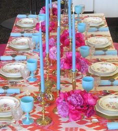 Turquoise & Hot Pink Tablescape/ The Goblets are French Opaline Glass Pink Table Settings, Beautiful Table Settings, Blue Dining Tables, Gold Table, Little Green Notebook, Orange And Turquoise, Turquoise Table, Pink Blue, Color Blue