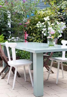 Een oude eettafel is geschilderd in een mooie vergrijsde groen (Cassave), gebruik voor buiten onze speciale lak.