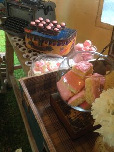 Treat pops, mini cupcake, mini brownie |Mesa de postres vintage | Postrería