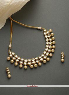 Gold necklace set displays stone work adds to the look. Indian Jewelry Sets, Indian Wedding Jewelry, Bridal Jewelry, Tika Jewelry, Kundan Jewellery Set, India Jewelry, Diamond Jewellery, Bridesmaid Jewelry, Jewellery Making