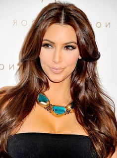 De bruine haarkleur van Kim Kardashian