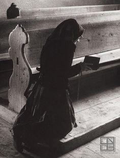 "leregretdestempspasses: ""In church, Slovakia 1965 (Martin Martinček) "" Glamour Photography, Art Photography, Photography Illustration, Photographs Of People, French Photographers, Catholic Art, African Animals, Religion, Photojournalism"