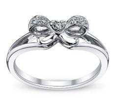 Super cute bow ring.