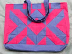 Bolsa sacola de jeans em patchwork com forro em tricoline de estampa florzinhas lilás. Jeans azul marinho e rosa pink. 56 cm x 40 cm. Denim tote bag.