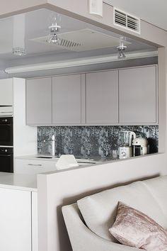 Dramaattinen keittiö on maalattu Harmony sisustusmaalilla, sävy J488 #asuntomessut #tikkurila #harmony #harmaa #pastelli #hopea #keittiö #kitchen #trendit #efektiseinä #maalausidea