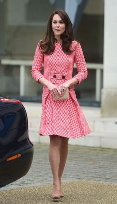 Kate Middleton, Duchess of Cambridge, attendsHeads Together engagement. Kate is wearing an Eponine London skirt suit, her L. Bennett 'Nina' Clutch and rose suede Gianvito Rossi praline suede pumps. Style Kate Middleton, Kate Middleton Outfits, Duke And Duchess, Duchess Of Cambridge, Eponine London, Duchesse Kate, Princesse Kate Middleton, Kate And Pippa, Style Royal