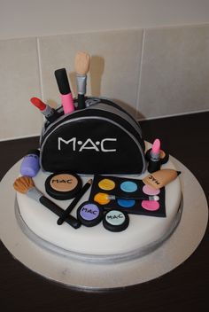 Another Mac cake Cakes To Make, Make Up Cake, Fancy Cakes, Love Cake, Let Them Eat Cake, Unique Cakes, Creative Cakes, Mac Cake, My Birthday Cake