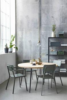 Grote ronde eettafel van House Doctor met stoere en stijlvolle zwart ijzeren poten, het tafelblad is gemaakt van mangohout, laat je vrienden maar aanschuiven!