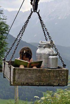 Lire Heidi de Johanna Spyri dans le monte-chage des bidons de lait. A rather unusual reading spot but if only there was one like that in my childhood!