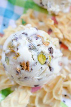 Helado de canolo con requesón y pistachos sin mantecar   19 Recetas de helado deliciosas que puedes hacer sin una máquina