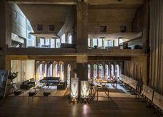 L'architecte espagnol Ricardo Bofill a transformé une ancienne usine de ciment en un incroyable lieu de vie ! Après avoir acheté en 1973 cette usine de cimen