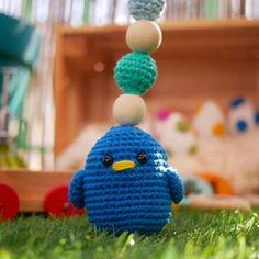 Ce hochet oiseau bleu sera là pour amuser votre enfant avec ses couleurs vives. Fait main avec du 100% coton, rembourré avec de la ouate biologique, un anneau en bois non traité à lhuile de lin et des perles en bois brut. Jutilise des yeux de sécurité, attention avec les bébés de moins de 6mois.