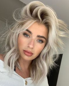 Beauté Blonde, White Blonde Hair, Blonde Hair Looks, Blonde Hair Girl, Blonde Women, Dark Eyebrows Blonde Hair, Short Platinum Blonde Hair, Blonde Hair For Short Hair, Short White Hair