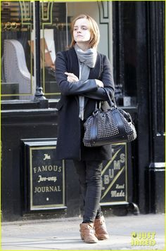 Emma Watson is all smiles as she gets ready to shop 'til she drops on Wednesday (May 9) in Chelsea, West London, England. The 22-year-old actress carried a Burberry…  Crediti : Just Jared   Instagram : https://www.instagram.com/we.love.emma.watson.crush/  Passate dal nostro gruppo ; https://www.facebook.com/groups/445446642475974/  Twitter : https://twitter.com/GiacomaGs/status/907646326359445509 ?   ~EmWatson