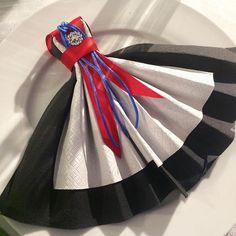 Bunadservietten😊 #serviettbretting #servietter #løitenlysbergen #altdutrenger #loitenlysbergen #dekor #borddekor #festbord #bordpynt… Diy And Crafts, Paper Crafts, Dress Card, Napkin Folding, Time To Celebrate, Holidays And Events, Fourth Of July, Party Themes, Theme Parties