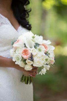 Love this peach and white bouquet!  #weddingbouquet