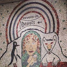 Primeira sorveteria de Belo Horizonte, a São Domingos esbanja tradição, a começar pela fachada de mosaicos, que você vê no Pin. História, estética, cultura e sabor se misturam nessa famosa esquina, onde são oferecidos mais de 250 sabores de sorvetes artesanais, com leite vindo direto da fazenda! São receitas de família que dão muito o que falar: Av. Getúlio Vargas, 800, na Savassi.