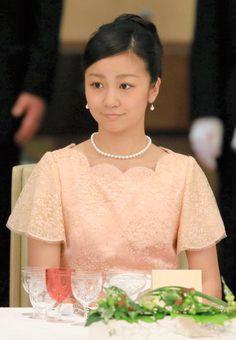 秋篠宮家の次女佳子さま(20)が初めて宮中晩餐会(ばんさんかい)に出席した。3日夜に皇居・宮殿で開かれたフィリピン大統領歓迎の晩餐会で佳子さまの席は、天皇、皇后両陛下と同じ列だった。右隣はフィリピンのセサール・プリシマ財務大臣、左側には故・寛仁さまの妻・信子さまが座った。佳子さまはピンクのドレス姿。髪をアップし、真珠のネックレスとイヤリングを身につけていた。天皇陛下や大統領のあいさつの後、出席者とともにグラスを手にして乾杯した。   食事後に場所を移して行われた「後席」では、佳子さまはフィリピン側の出席者に話しかけられ、笑顔で懇談していた。 imperialfamilyjapan:  Princess Kako, June 3, 2015