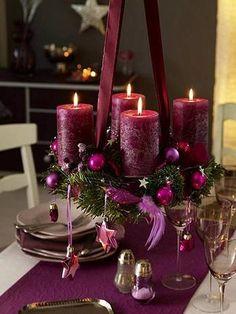 深みのある赤紫のキャンドルが厳粛な雰囲気を醸し出す素敵なクランツです。 食卓の天井からキャンドルと同色のリボンで吊るして、食卓にクリスマスの雰囲気を!