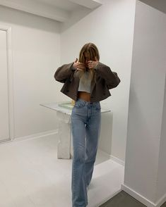 How to style a cropped blazer and jeans for a day trip to the museum. The easiest way to look chic wearing wide leg jeans and sandals Mode Outfits, Retro Outfits, Jean Outfits, Trendy Outfits, Spring Outfits, Fashion Outfits, Vintage Outfits, Fashion Ideas, Hipster Outfits