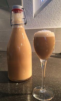 Eiercognac – eine Ostertradition   Lukullisches @marconierlich Cocktail Drinks, Alcoholic Drinks, Cocktails, Alcohol Free, Ketchup, Hot Sauce Bottles, Food And Drink, Wine, Glass