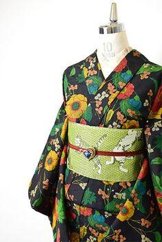 宵闇のような光の加減でネイビーのようにも見えるブラックをベースに、ヨーロッパの花庭を彩るような雛芥子やブライダルベールを思わせる可憐なお花模様が染めだされたウールの単着物です。 Kimono Fashion, Fashion Outfits, Womens Fashion, Modern Kimono, Kimono Pattern, Ethnic Outfits, Yukata, Japanese Kimono, Japanese Culture