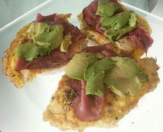 Omelet, rosbief, avocado, peper & zout. Op een rijstewafel.
