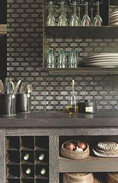 Une cuisine sobre et fonctionnelle avec un plan de travail en lave émaillée. Plus de photos sur Côté Maison http://petitlien.fr/84pe
