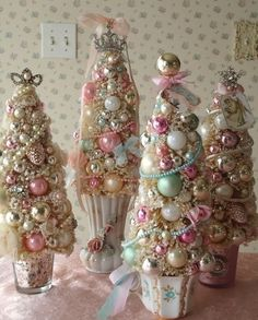 .I could make one of these for each of the kids in their favorite colors and they would each have a little Christmas in their bedroom!