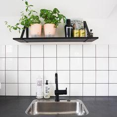 witte-tegels-zwarte-voeg-keuken