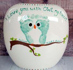 Große Kiesel-Vase. Babyabdrücke verwandelten sich in eine Eule, die auf einer Niederlassung sitzt. Ich liebe dich mit OWL mein Herz.  #babyabdrucke #einer #kiesel #liebe #niederlassung #sitzt #verwandelten #Entretenido Baby Footprint Crafts, Baby Crafts, Toddler Crafts, Crafts To Do, Crafts For Kids, Infant Crafts, Craft Gifts, Diy Gifts, Handprint Art
