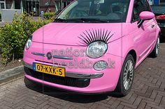 roze auto met wimpers