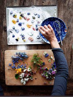 recette pour réaliser des fleurs cristallisées avec du sucre fin et des blancs d'œuf