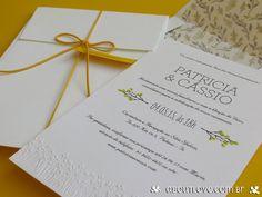 Este lindo convite de casamento com detalhes em alto relevo ganha um toque especial e muito romântico com o envelope personalizado com forro estampado em impressão aquarela.