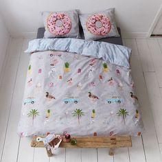 Covers & Co. Renforcé Wendebettwäsche Beach aus reiner Baumwolle in witzigem Design. Mit dem Bully in den Urlaub. Mit der besonderen Garnitur wird dieser Traum wahr. Über und über mit lustigen Motiven bedruckt sorgen die Bettwaren für Urlaubsstimmung. #bettwäsche #bedding #cool #donut #young #beach #strand #schlafzimmer #sleep #bedroom www.bettwaren-shop.de