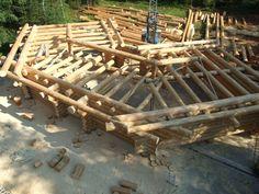 Die Dachkonstruktion mit aussenliegenden Pfetten ist fertig...