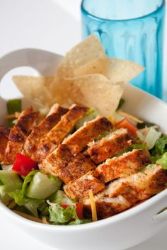 Blackened Chicken Salad with light Buttermilk Ranch Dressing - Can you stay for Dinner Salad Bar, Soup And Salad, Vinaigrette, Buttermilk Ranch Dressing, Blackened Chicken, Healthy Salad Recipes, Healthy Meals, Vegetarian Recipes, Healthy Food