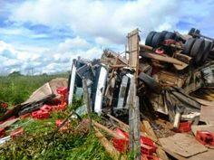 Trânsito>,,Acidente entre caminhões deixa dois feridos