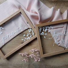 Fotokoutek sweet bar nebo třeba kniha hostů. Všechny tyto cedulky připravuji ručně pro @ivet_kucharova v jednotném stylu. A už se moc těším až budou na svém místě v den D.  #pismenazatisiceslov . . . #svatba2019 #svatebniinspirace #svatebnicedule #svatebninapis #krasopsaní #weddingsigns #weddingday  #sweetbar Petra, Pastel, Wallpapers, Weddings, Frame, Instagram, Home Decor, Homemade Home Decor, Mariage