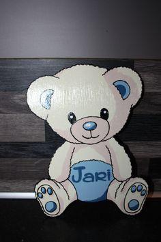 Uit mdf een beertje gezaagd en deze met de hand beschilderd en voorzien van een naam. Leuk voor op de slaapkamerdeur van het kindje.