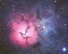 Los energéticos procesos de formación de estrellas crean no sólo los colores sino también el caos. El gas rojo brillante es resultado de la luz estelar de alta energía chocando con el gas hidrógeno interestelar. Los oscuros dust filamentos que dibuja M20 se crearon en las atmósferas frias de estrellas gigantes y en los desechos de la explosión de supernovas.