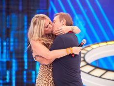 Adriane Galisteu dá o maior beijão em Gugu. Confira esse momento romântico http://r7.com/cN3E