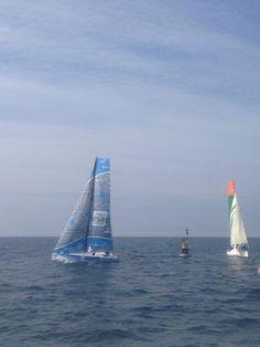 Passage bouée parcours en baie : Solidaires en Peloton et Colombre XL bataillent pour le 3e place.
